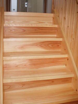 無垢材の階段.jpg